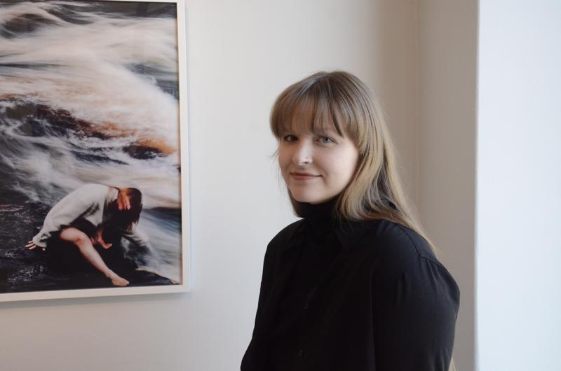 Valokuvaaja Emmi Hyyppä sukkuloi Lontoon ja Kokkolan välilä. Vielä viikon hänen kuviinsa voi käydä tutustumassa Galleria Artistassa.