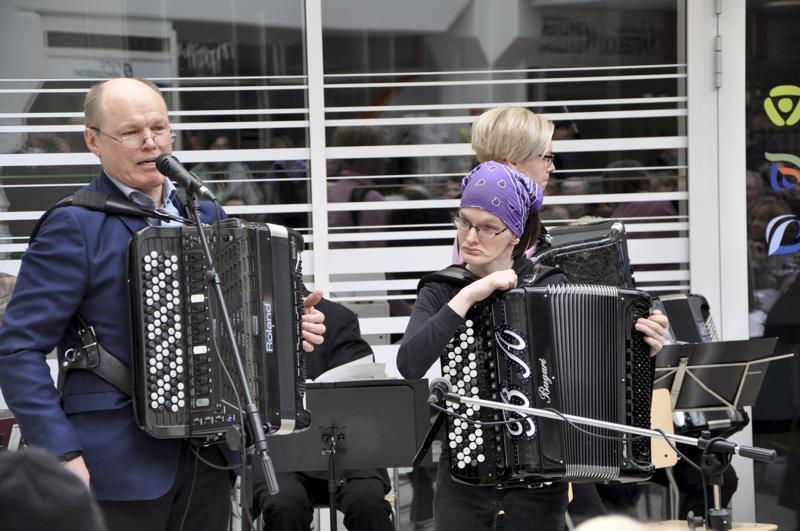 Seppo Lankinen ja Jari Saarenpää musisoivat yhdessä.
