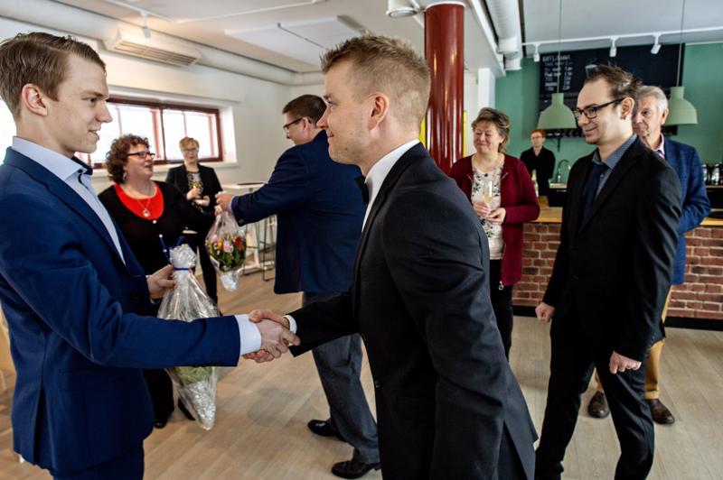 Toni Utusen (vas.) suorituksia arvostetaan Kokkolassa. Kättelyvuorossa Juniori-Hermeksen junioripäällikkö Sakari Muotka.