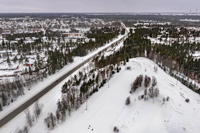 Roskarukan huipulle pääsi hiihtohissillä vajaat 30 vuotta sitten. Nykyään mäessä lasketellaan lähinnä pulkilla. Rinteessä on myös kuntoiluportaat.