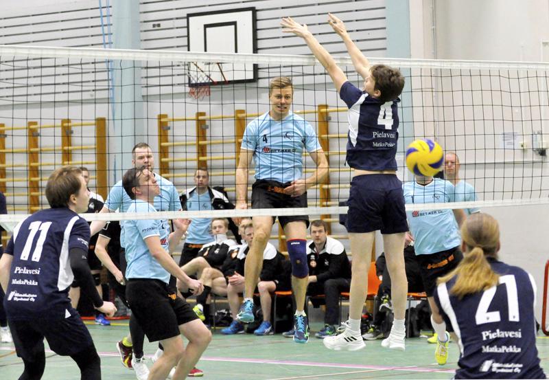 Vieska Wolley oli sunnuntaina askeleen jäljessä Sampoa. Tässä VieWo:n Teemu Sorvoja seuraa, kun Aivar Vilu ohittaa verkolla Aatu Nykäsen.
