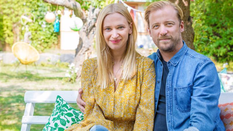 Parisuhdekomedia kertoo Lisasta (Vera Vitali) ja Patrikista (Erik Johansson) sekä heidän suuresta uusperheverkostostaan.