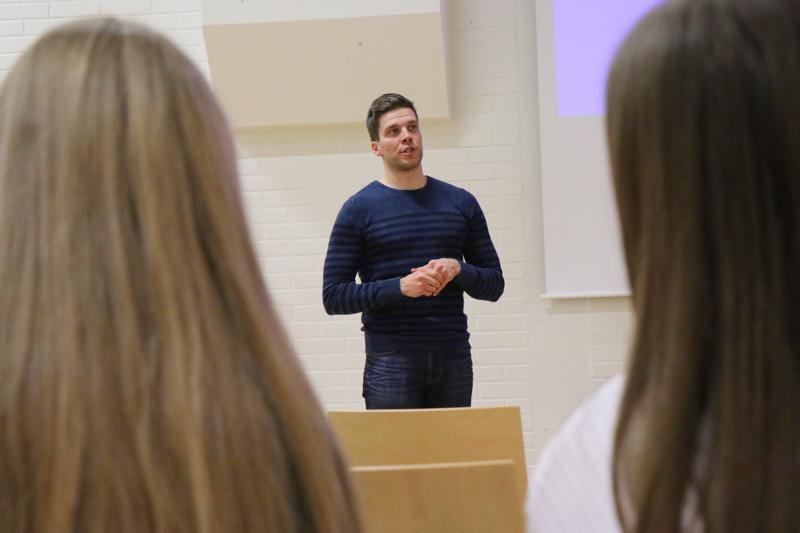 Kalle Lassila kävi Vetelissä evästämässä urheilijanuoria median kohtaamiseen.