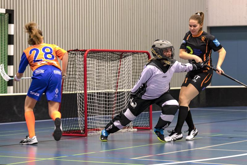 Milka Säkkinen on parantanut peli peliltä otteitaan. Sunnuntaina jäi 32 palloa menemättä verkon perille. HaBan Reetta Fält todisti jälleen yhden komean torjunnan.