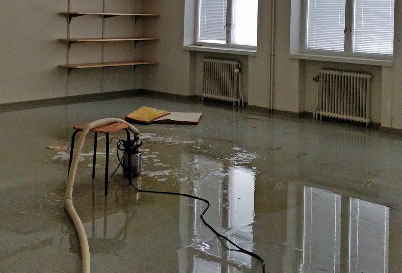 Vesi lainehtii yhä Ristikarin koulun luokkahuoneiden lattioilla ja käytävillä.
