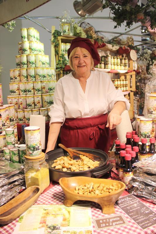 Saksassa luomu kiinnostaa kuluttajia, ja luomutuotteiden myynti kasvaa kuuden prosentin vuosivauhtia. Margrit Brenning maistatti luomuyrttisuolalla maustettuja leipäkuutioita jättimäisillä Grüne Woche -ruokamessuilla Berliinissä tammikuussa.