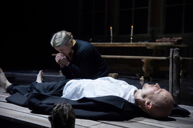 Sopraano Marjukka Tepponen on Mona Kummelin roolissa ja baritoni Ville Rusanen (makaamassa) on hänen miehensä Petter Kummel.