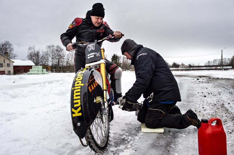 Pyörä käyntiin ja kohta radalle. Christer Biskop on tehnyt kotinsa edustalle lyhyen radan, jossa on voinut pitää ajotuntumaa yllä ja testata pyörää SM-finaalin lähestyessä.