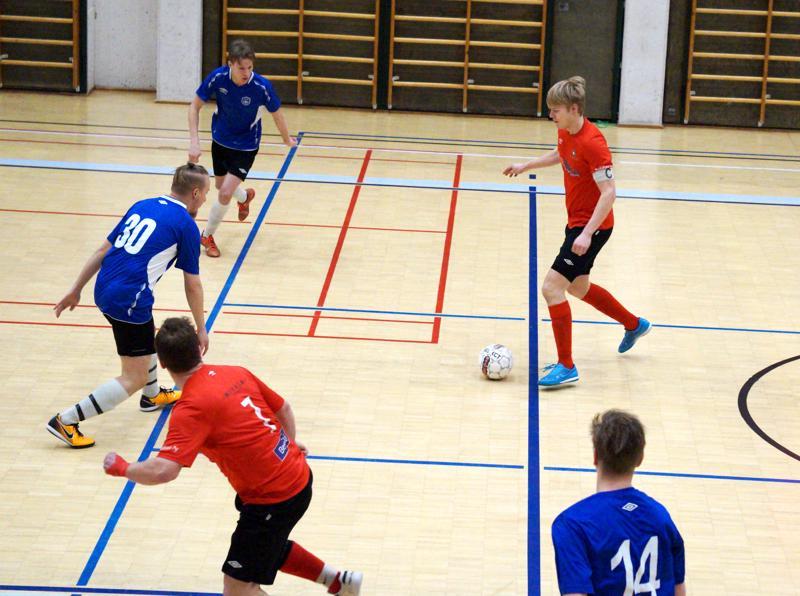 Punapaitojen kapteeni Risto Visuri (oik.) oli tehokkaalla pelipäällä viime viikonlopun turnauksessa tehden yhteensä kolme maalia.