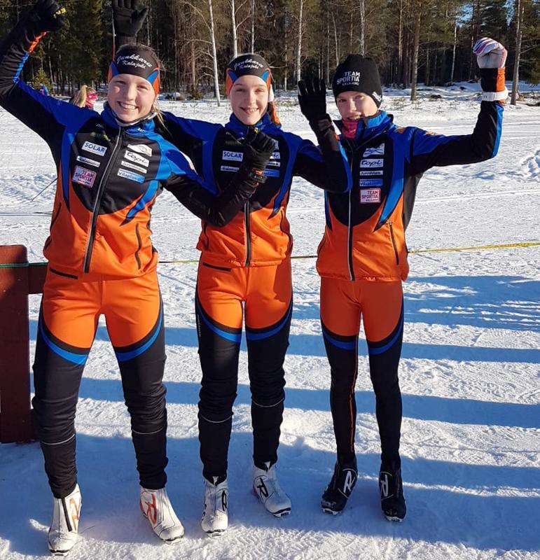 Alisa Vuollet, Friida Kivistö ja Iida Vuollet hiihtivät viestimestareiksi.