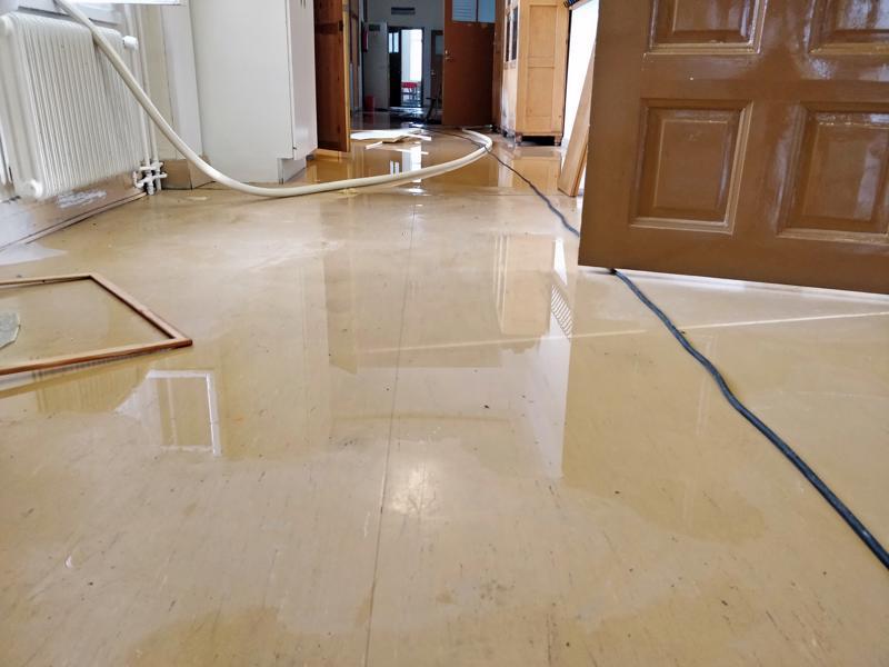 Ristikarin käytävillä ja luokkahuoneiden lattioilla lainehtii vettä.
