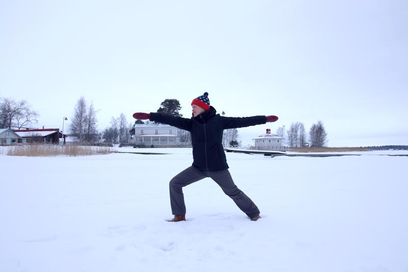 Jääjoogaajan kannattaa varustautua lämpimästi. Sanna Kauppi vetää jääjoogaa meren jäällä, Villa Elban edustalla, ensi viikon keskiviikkona.