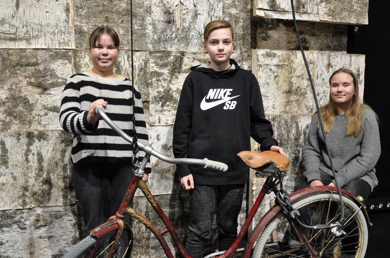 Anni Häli (vas.), Eelis Ketola ja Iisa Häli asettuivat kuvattavaksi  kulisseihin ennen maskeeraukseen ja vaatteiden vaihtoon menoa.