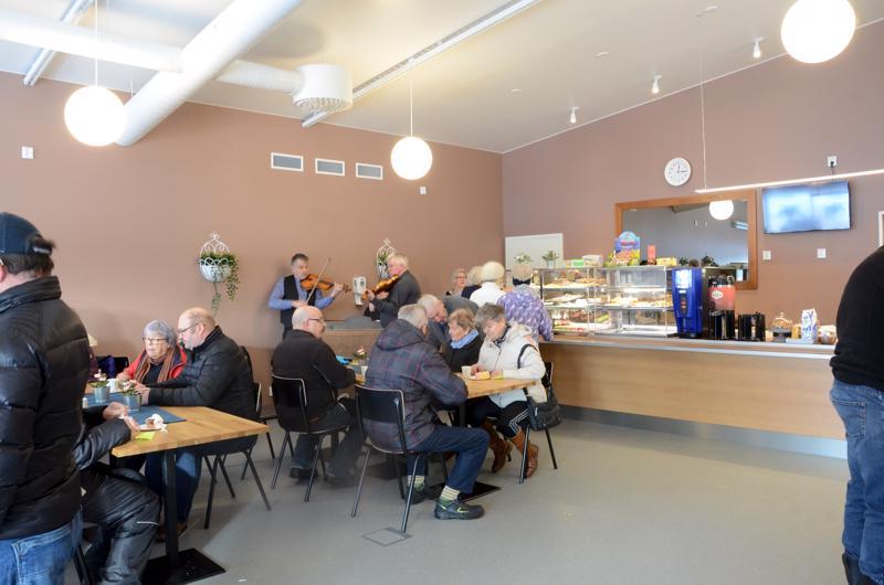 Pesolan leipomon uudet kahvilatilat avattiin elävän musiikin tahdittamina.