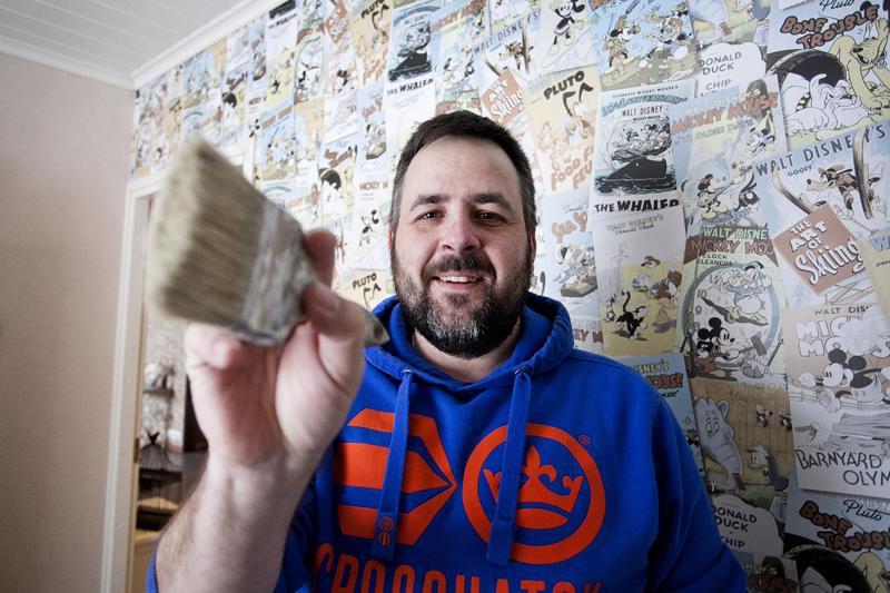 Tomi Forsin kotona kaikki seinät on tapetoitu, mutta asiakkaat laittavat hänet mieluummin heiluttamaan maalipensseliä.