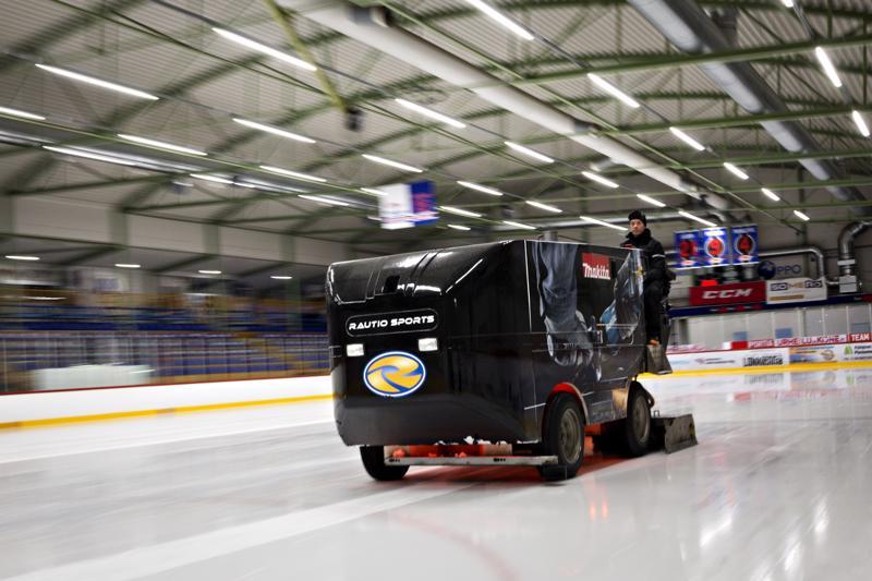 Markus Niemelä kertoo, että jääkonetta osaa ajaa kuka tahansa, mutta jäänhoito vaatii tietoa.