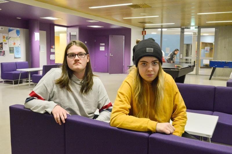 Aku Känsäkangas ja Alina Savolainen toivovat kaupungin virkistysalueille enemmän suojaisia istumapaikkoja.