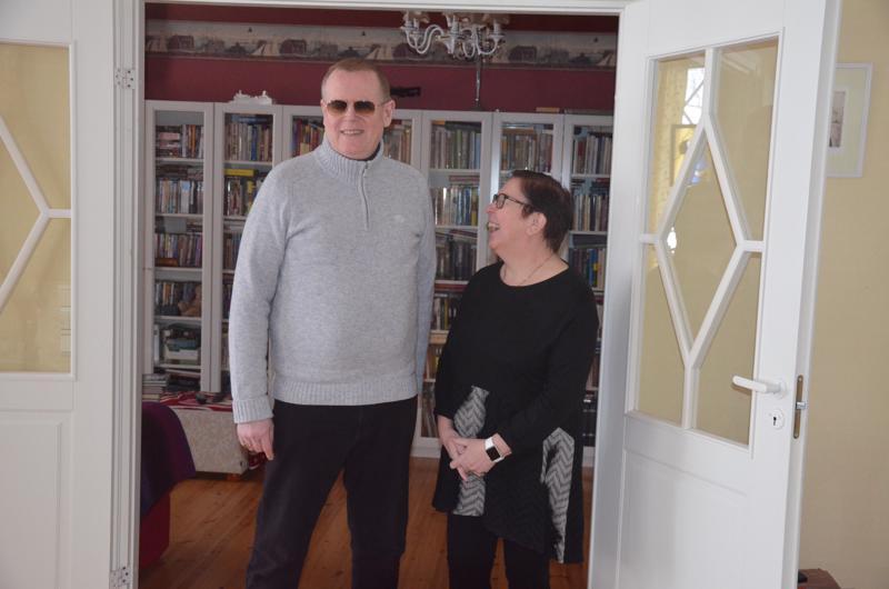 Kotona. Keijo Raitanen on saanut viime aikoina opiskella lopputyön kimpussa kotona. Myös vaimo Tarja Niku-Raitanen on jäänyt kotiin, kun työpäivät Kannuksessa Juhani Vuorisen koulussa suomenkielen lehtorin hommissa täyttyivät.