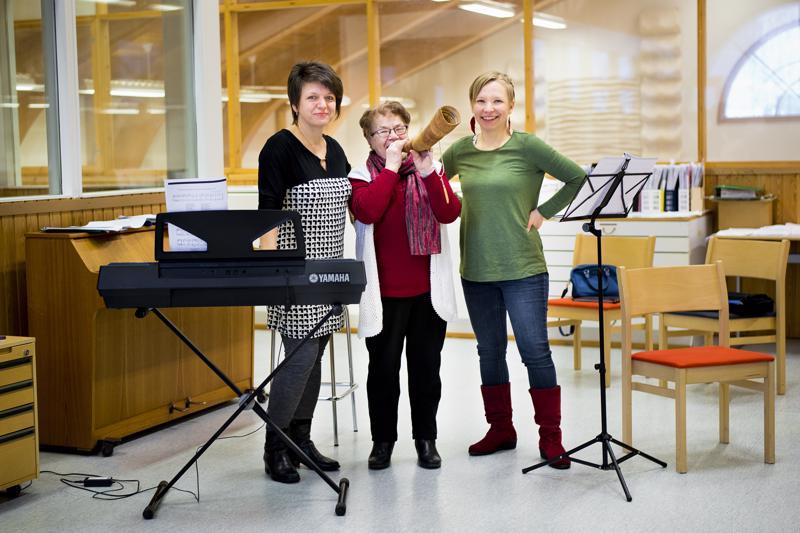 Olena Mikhailova (vas.), Elli Viitakangas ja Heidi Kangaskokko toivovat Kalevalan päivän juhlaan monipuolisesti eri-ikäistä yleisöä.