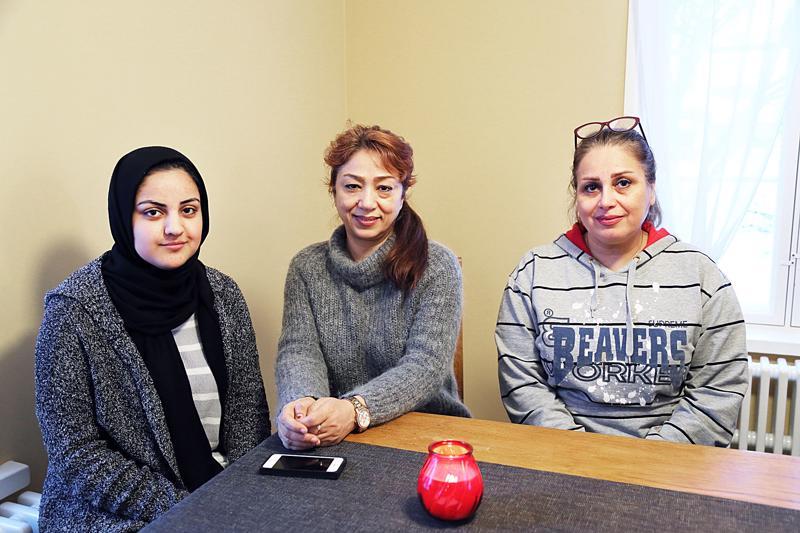 Zeinab Hoseini, Farah Malakghsabi ja Elham Sajadi Farid pitävät hyvänä asiana paikallisten ihmisten kohtaamista ja kielen oppimisen kautta helpottuvaa kanssakäymistä.