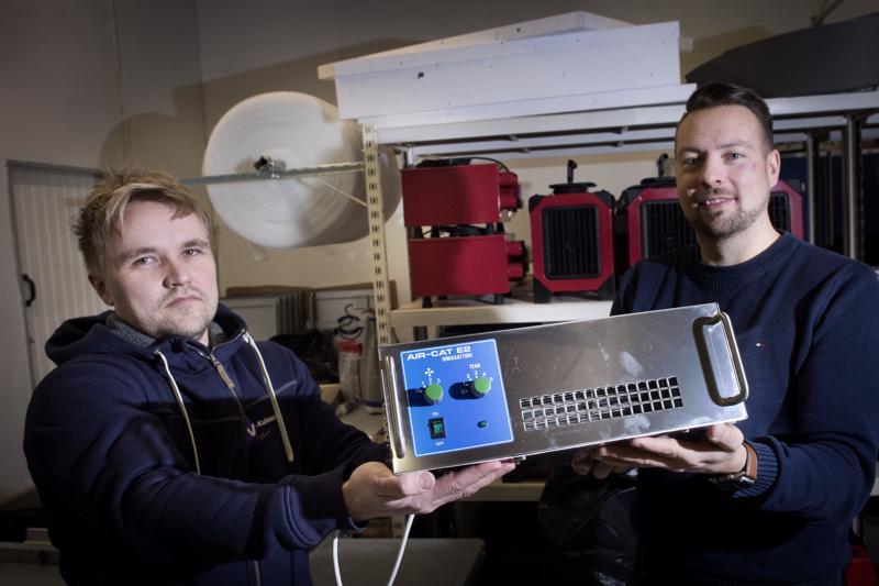 VV-kuivauksen Kokkolan toimipisteen yksikönpäällikkö ja yrityksen toimitusjohtaja Janne Haapamäki esittelevät ionisaattoria.
