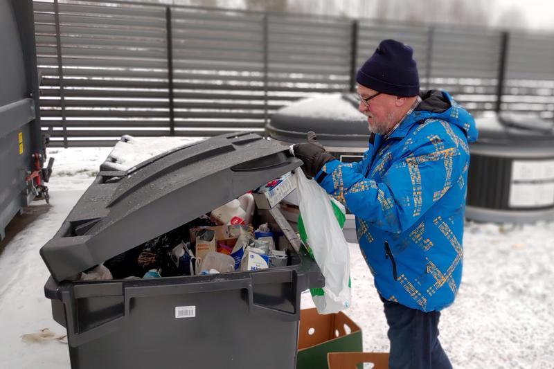 Kokkolassa Esa Pollarikoski vei kinkkurasvaa kierrätykseen.
