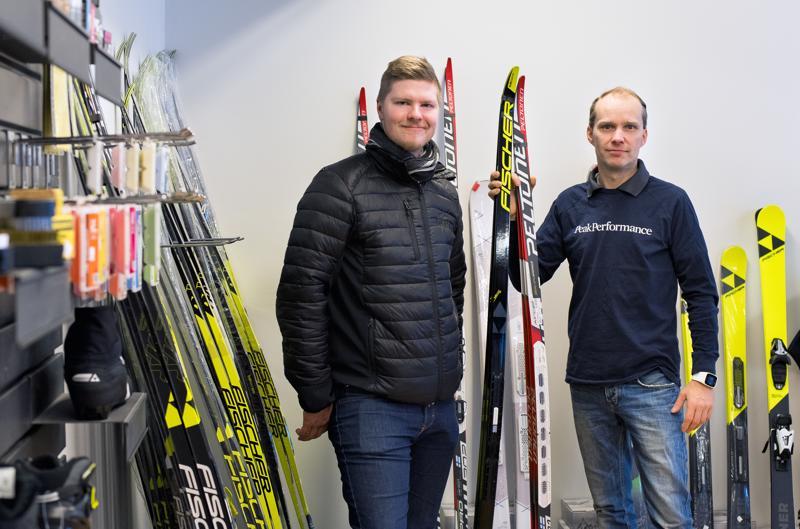 Henri Heiska (vas.) ja Jani Anttila kannustavat hiihdosta kiinnostuneita Pyssymäelle kokeilemaan huippumerkkien kalustoa.