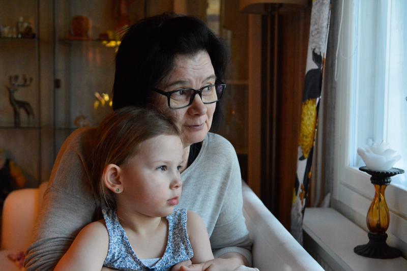 Myös lapsenlapsi Jemina viettää arkipäivänsä Sanna-mummun luona hoidossa.