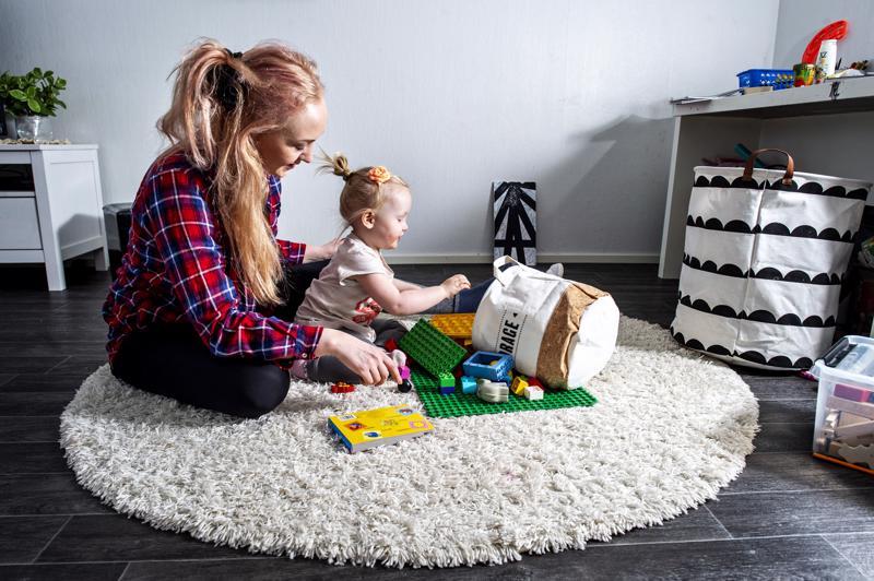 Elina Kauppila on etä-äiti kolmelle vanhimmalle lapselleen. Hänen kanssaan saman katon alla asuu kaksivuotias Ava, jolle hän on yksinhuoltaja.