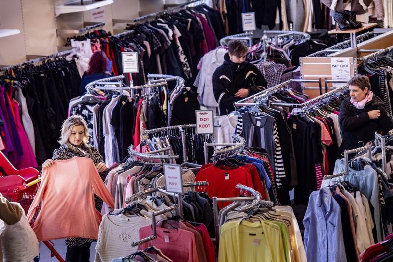 Entäpä jos kevätkauden vaatteet löytyisivätkin tänä vuonna kirpputorimyymälästä? Vaatteen hiilijalanjälki on sitä pienempi, mitä pidempi käyttöikä sillä on.