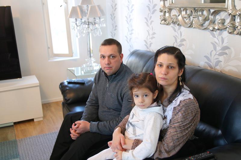 Mertsi ja Birgitta Lindeman eivät tiedä, miten perheen poikien koulunkäynti voi jatkua. Kuvassa myös vielä kotona oleva Angela.