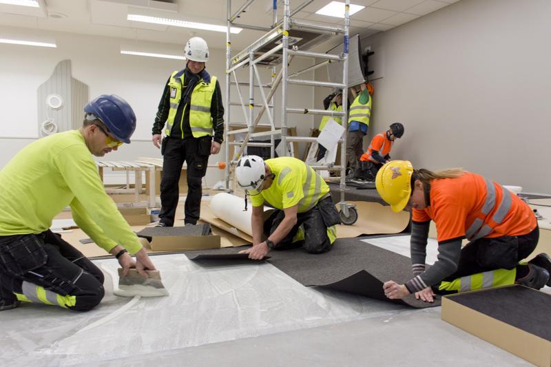 Työmaalla kiinnitetään erityistä huomiota turvallisuuteen. Kaikilla talkoolaisilla on kypärät, huomioliivit ja turvakengät. Myös työkalujen käyttöön annetaan opastusta, kertoo salin lattiatöitä seuraava työpäällikkö Toni Hotari.