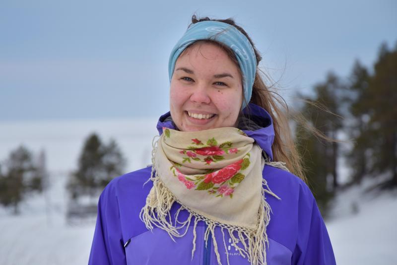 Leena Rinta-Runsala hiihtää metsissä uudenmallisilla lyhyillä metsäsuksilla, jotka ovat perinteisiä ketterämmät.