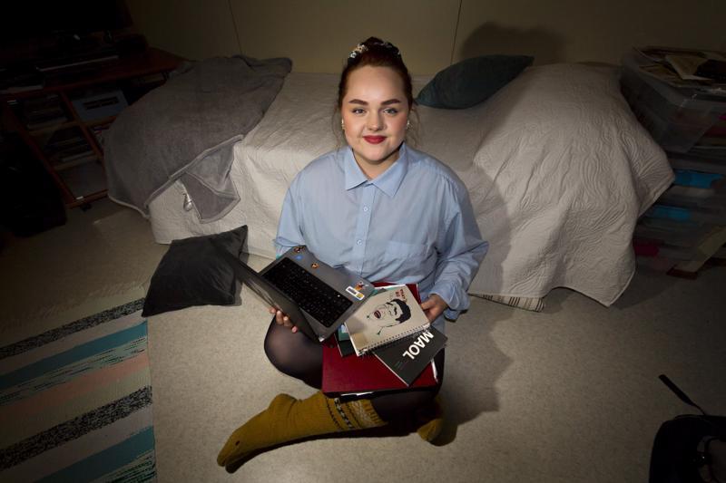 Hanna Törmälehto tyypillisessä opiskeluympäristössään, asuntonsa lattialla istumassa. Vaikka Törmälehdon opintomateriaalit ovat pääsääntöisesti sähköisessä muodossa, on vuosien aikana jäänyt jokunen muistiinpano paperillekin.