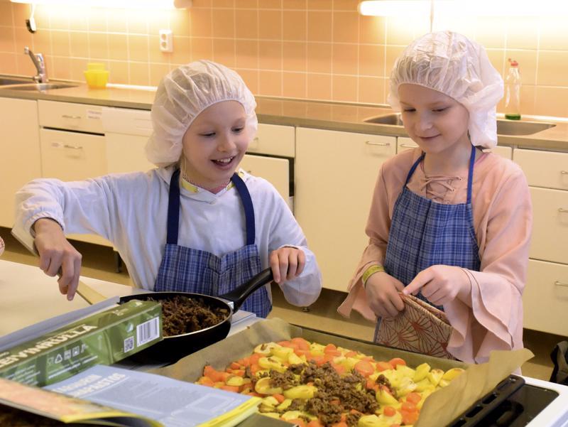 Pietarsaarelaiset pikkukokit Elle Vilkas (vas.) ja Lilja Tekoniemi osallistuvat Talviloman kotikokkikurssille jokaisena kolmena kurssipäivänä.