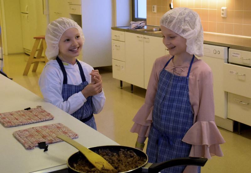 Pikkukokit Elle Vilkas (vas.) ja Lilja Tekoniemi kertovat kokkaavansa usein kotonakin.