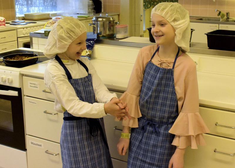 Ystävykset Elle Vilkas (vas.) ja Lilja Tekoniemi odottivat kurssilta ruoanlaiton lisäksi yhdessäoloa.