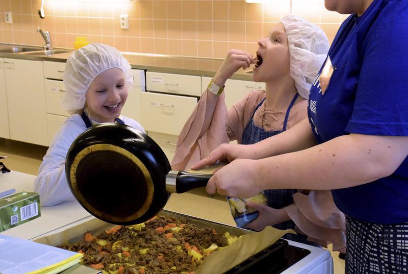 Ruoanlaiton ohessa juustoraastettakin päästiin maistelemaan.