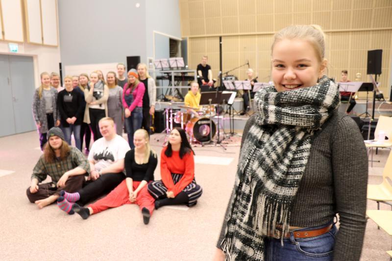 Kaustisen musiikkilukion kevään Oliver!-musikaalissa lavalla nähdään kymmeniä nuoria. Saana Heikkinen esittää musikaalin nimiroolia.