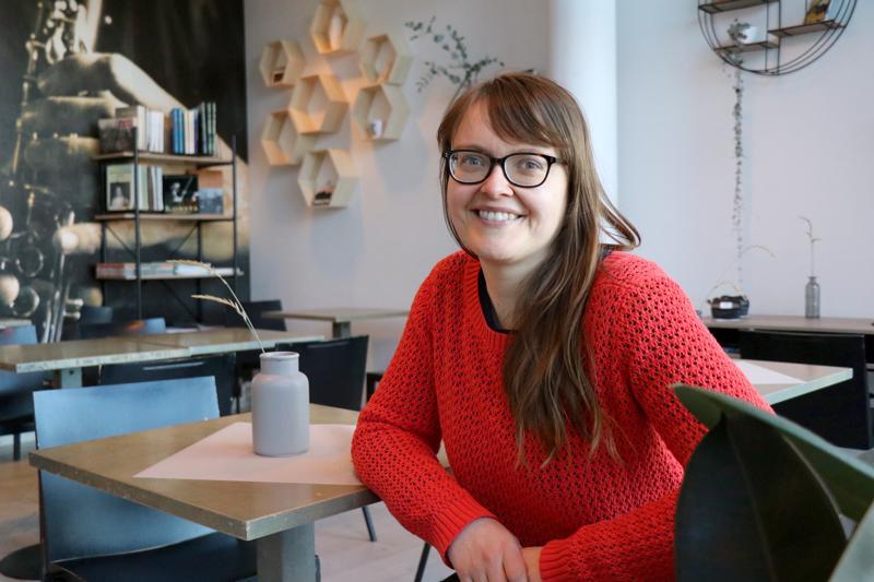 Vaasan yliopiston Levón-instituutin projektipäällikkö Heli Siirilä tekee tällä hetkellä 50-prosenttisesti etätyötä. Joka toisen viikon Siirilä asuu Kaustisella, jonne hän muutti vuodenvaihteessa.