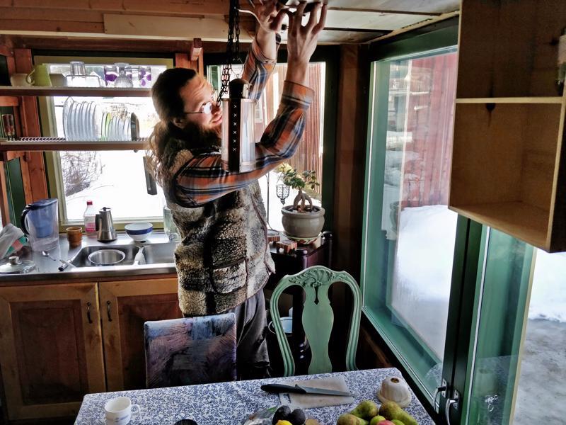 Hyllyköt voi  tarvittaessa kääntää ylös, pois edestä, esittelee Mika Timgren keittössä.