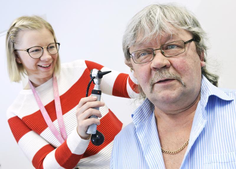 Terveydenhoitaja Jenni Vuoti teki terveystarkastuksen Simo Lapinojalle.