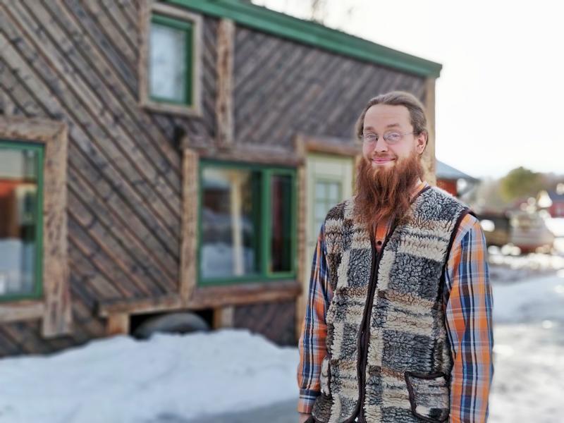 Mika Timgren asuu kukaties seudun pienimmässä talossa, joka on  20 neliön tilaihme. Ulkopuoli on paneloitu viistoon rakennuksen rungon tukemiseksi, lopputulos on myös kaunis.
