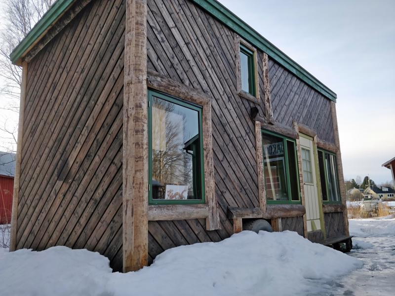 Pikkutalo on rakennettu järeän akselin ja lavan päälle, alla on renkaat.