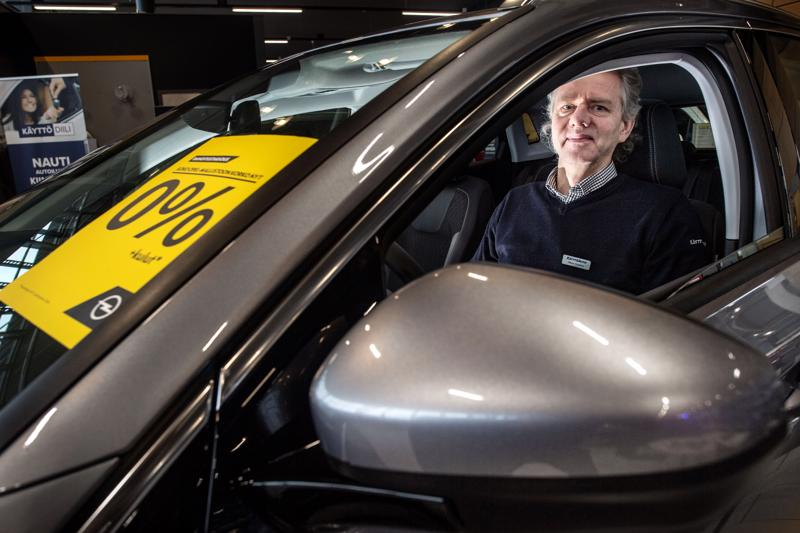 Kokkolalainen automyyjä Håkan Stenfors muistaa ajat, jolloin osamaksukorko oli 21 prosenttia. Nyt kampanjassa 0 prosenttia.