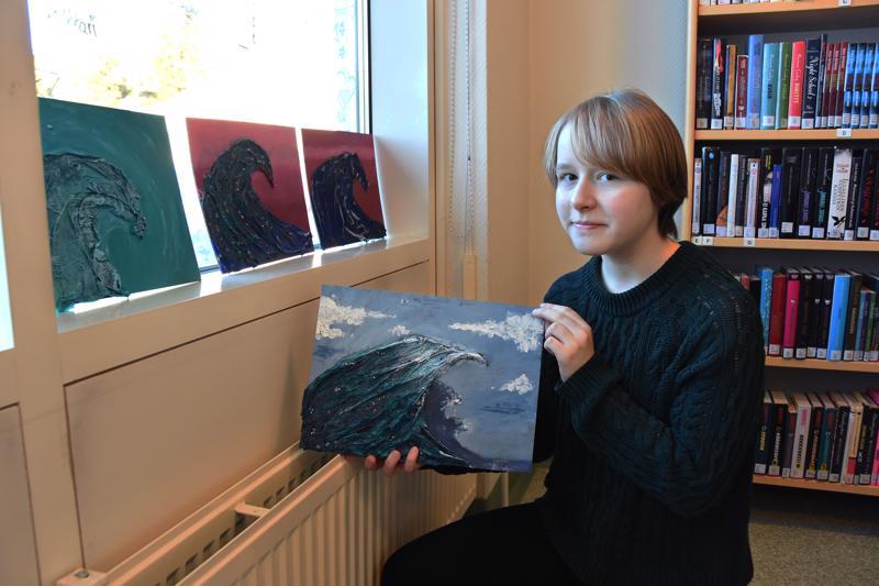 Halla Lumiaho esitteli tekemäänsä aaltotyötä, jonka pääväriksi oli valikoitunut sininen   - hänen lempivärinsä.