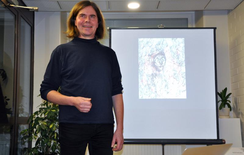 Honka on myös helmipöllön pesäpuu. Kirjailija ja luonnonkuvaaja Mika Honkalinnan tunnelmallinen esitys hongasta puhutteli tarinnallisine kuvineen.