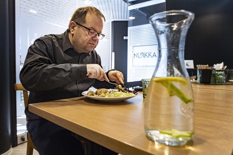 Sami Luoma käyttää älypuhelimen ruokapäiväkirjasovellusta oman elämäntaparemontin apuna. Sovellukseen kirjataan kaikki ateriat.
