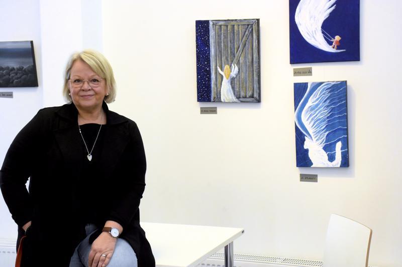 Pedersöreläisen taitelija Katharine Svenfeltin taidenäyttelyssä nähdään taidetta naiseudesta, luonnosta ja enkelin siivistä.