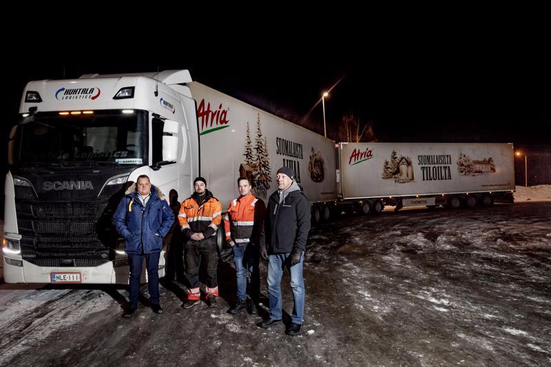 Huhtala Logistics Oy:n Jani Huhtala, Anssi Kannasto, Petteri Törmänen ja Pekka Parpala Vitsarin Shellin parkkipaikalla.